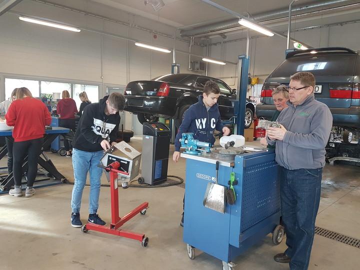Õpilased osalemas Järvamaa Kutsehariduskeskuse sõiduautotehnika töötoas eelkutseõppe raames.