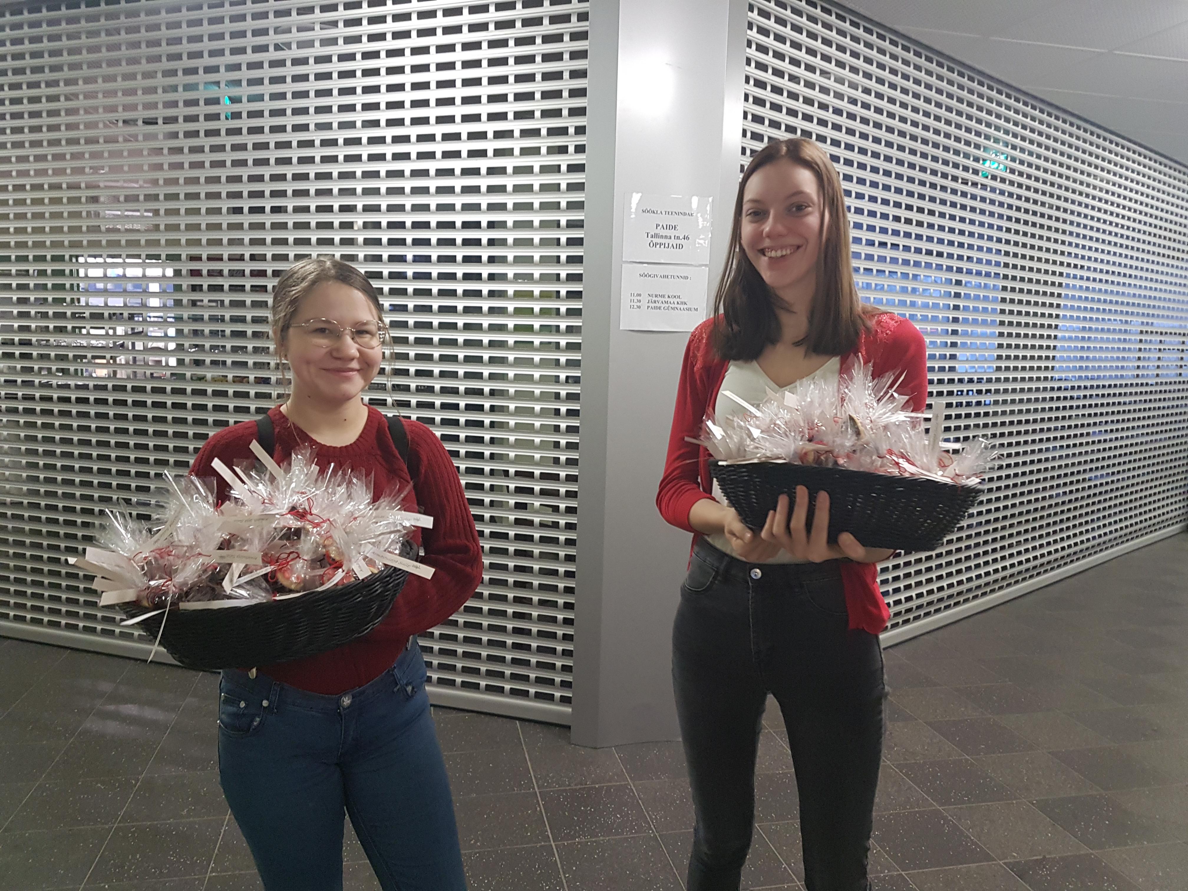 KO-18 õpilased Alisa Smekalova ja Moonika Tammsaar jagamas Paide õppekohas muffineid.
